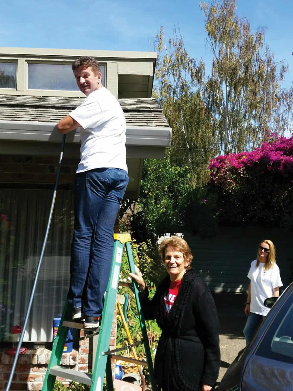 Avenidas Handyman cleaning a member's gutter