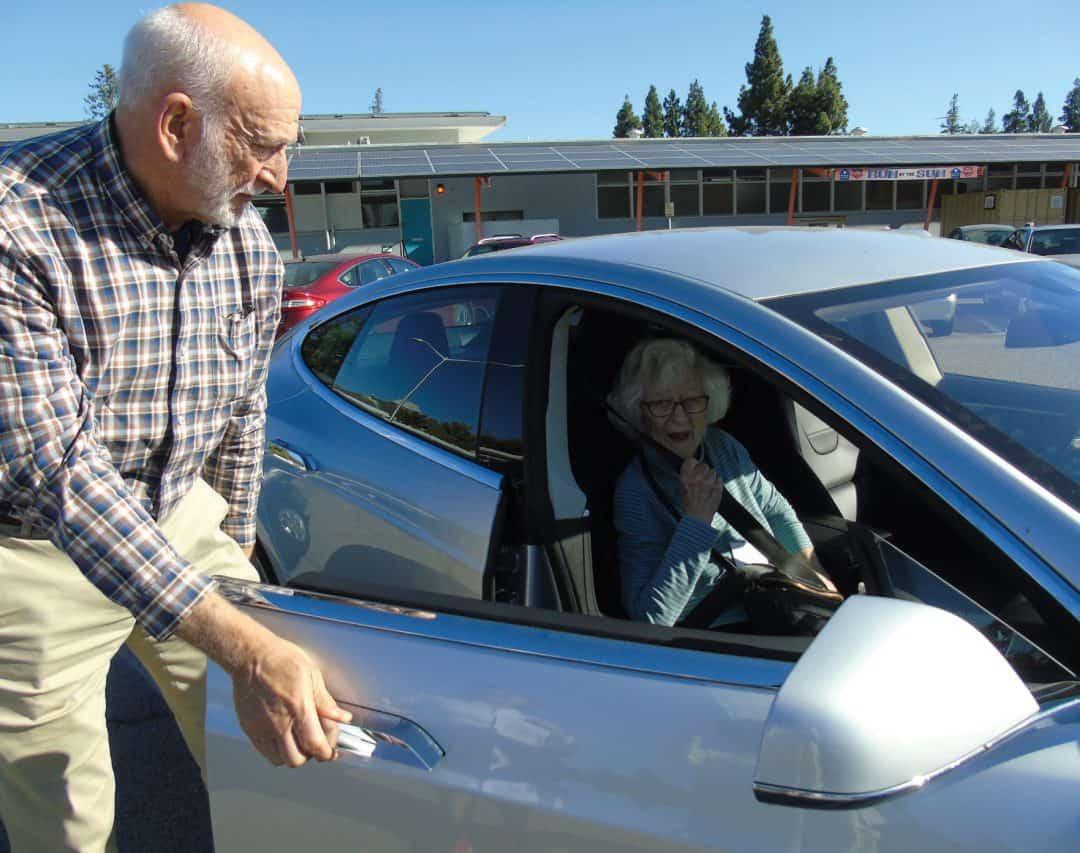 Avenidas Door-to-Door driver helping his passenger out of the car